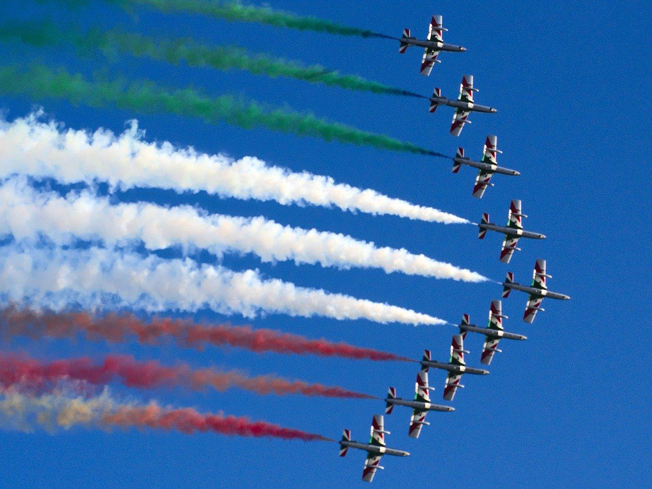 Italiani. Frecce tricolore sfrecciano nel cielo