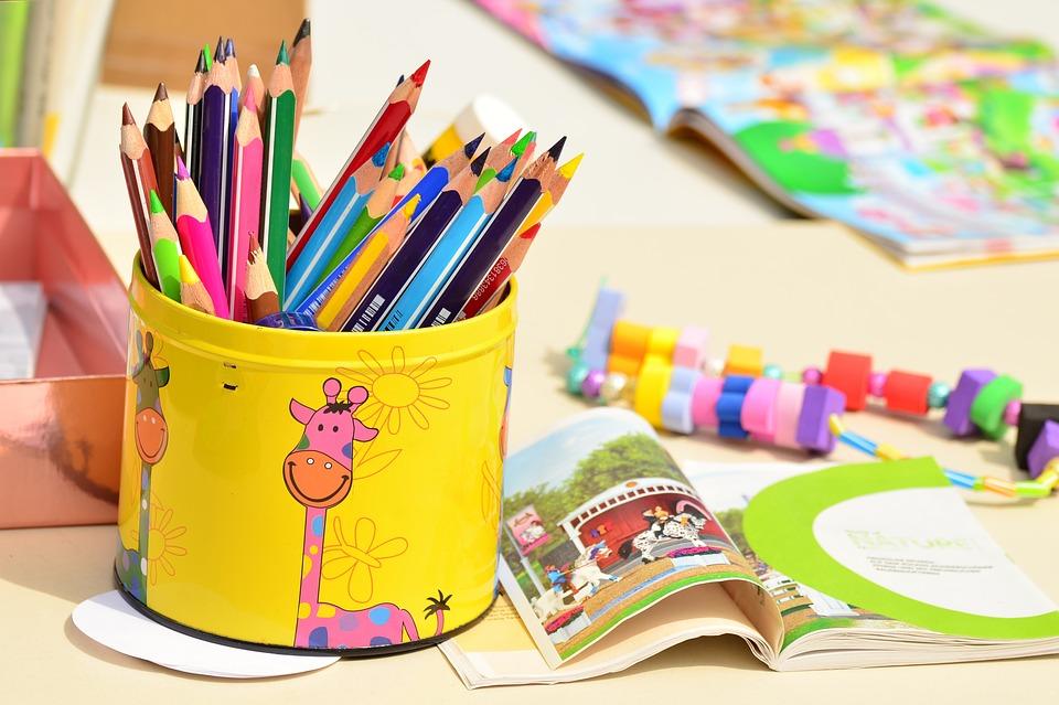 io resto a casa - contenitore con matite colorate