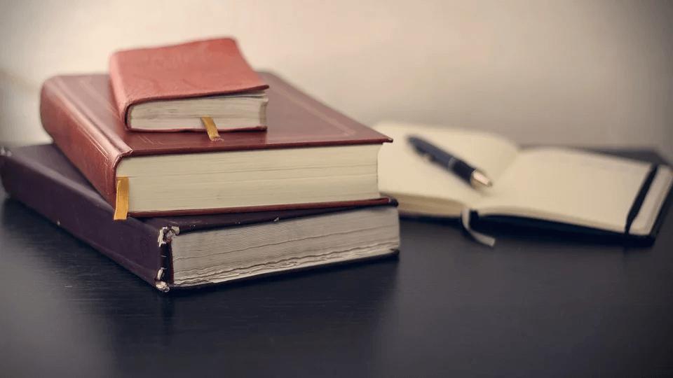 libri su una scrivania