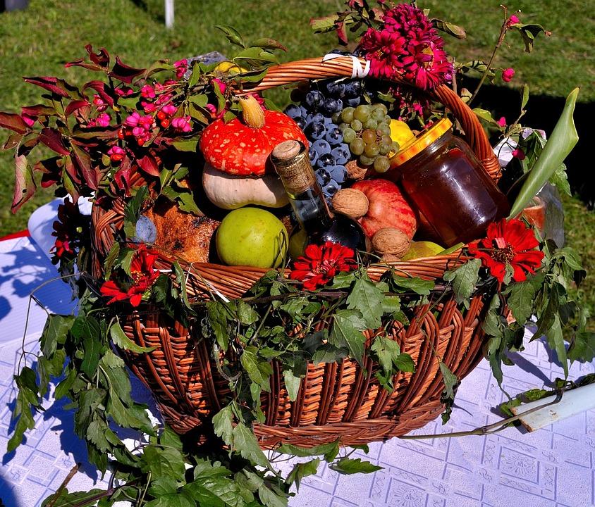 mangiaitaliano con un cesto di frutta