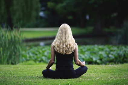 mindfulness ragazza che medita di spalle