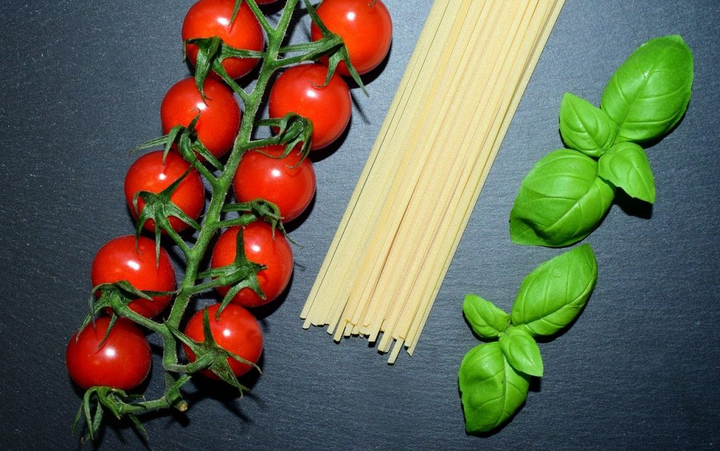 italians: Italiani. Raffigurazione colori della bandiera italiana con pomodori, spaghetti e basilico