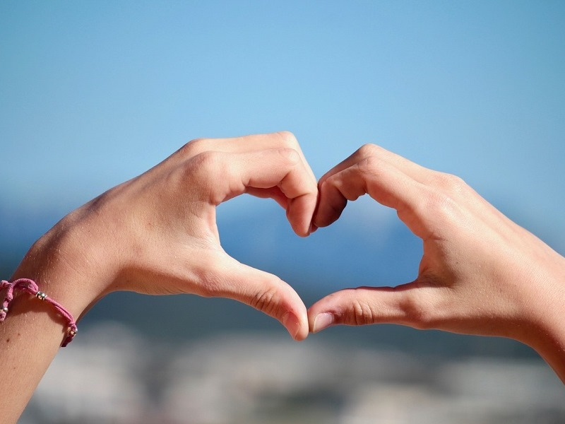 Cina - mani unite che formano un cuore