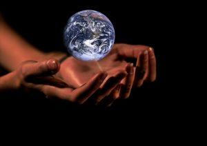 """humanitas - mani che """"sorreggono"""" la terra"""