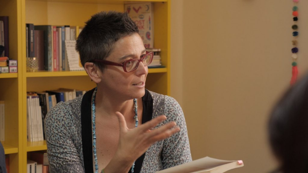 Francesca Sanzo mentre parla del suo libro