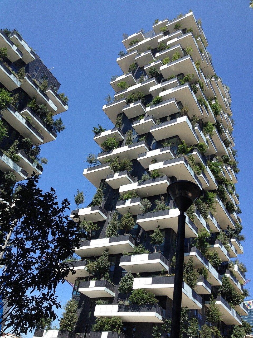 borghi - un palazzo molto alto con alberi ai balconi  - villages - a very high building with trees on the balconies