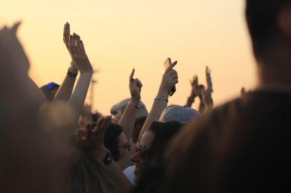 lockdown - tante persone con le mani alzate