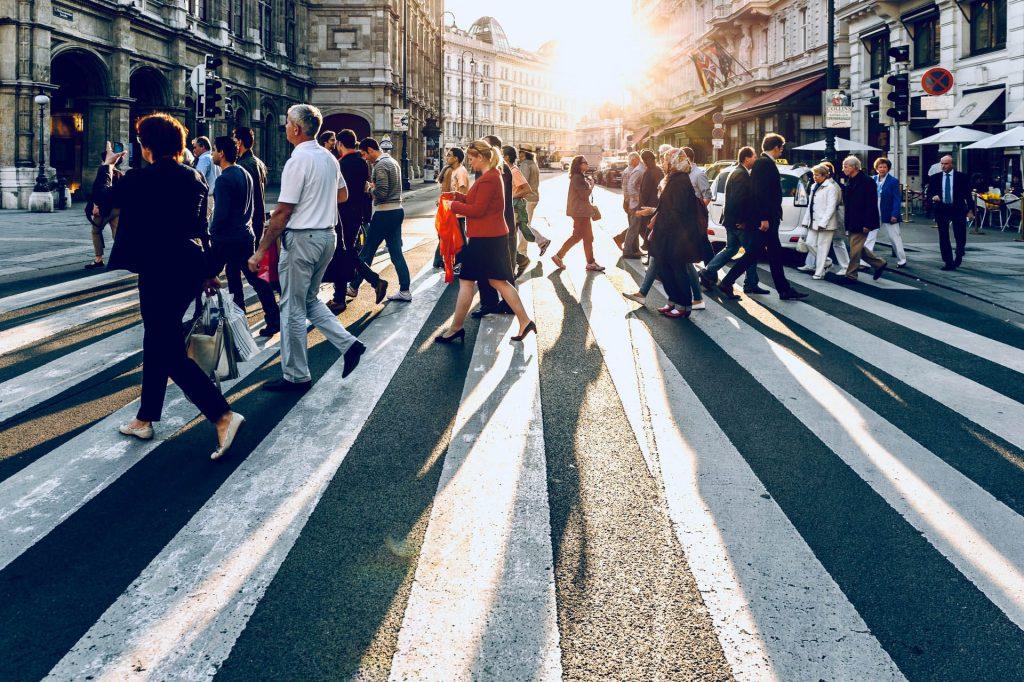 folla- tante persone che attraversano la strada
