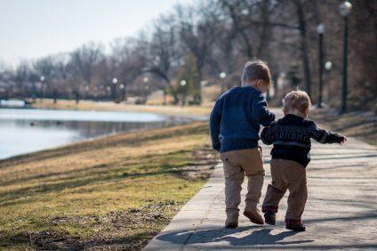 alfiere - due bambini che camminano