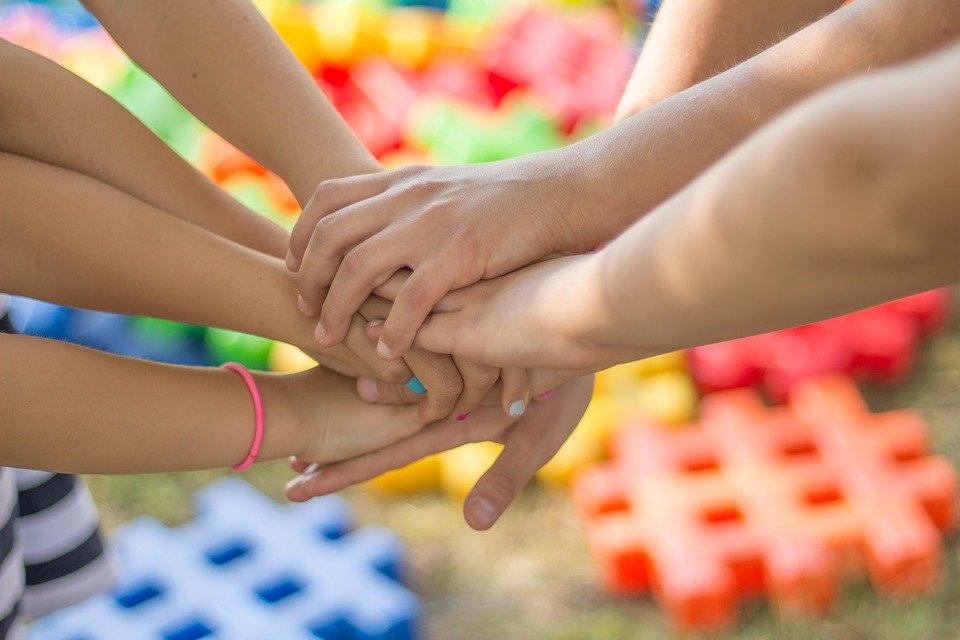cortili - tante mani di bambini unite