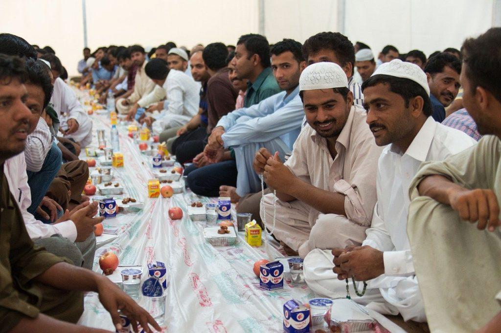 ramadan - un gruppo di musulmani durante il pranzo