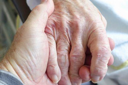 Il vaccino italiano - mani che si toccano