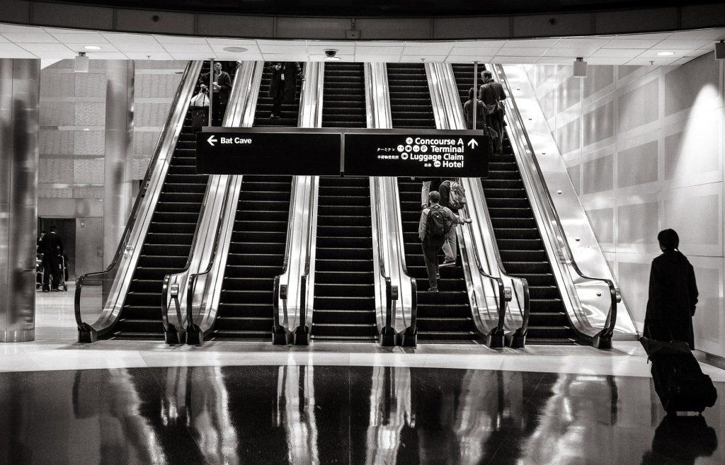 Giada - foto in bianco e nero di scale mobili