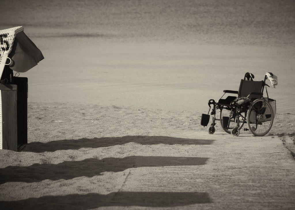 alfiere - sedia a rotelle sulla spiaggia