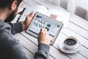 Vero o falso? - tablet con la scritta fake news