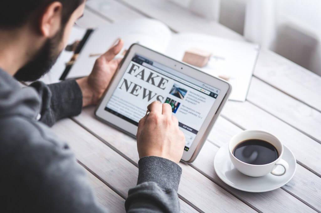 Vero o falso? - tablet con la scritta fake news