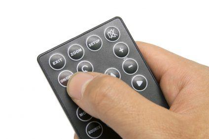 film - una mano con telecomando
