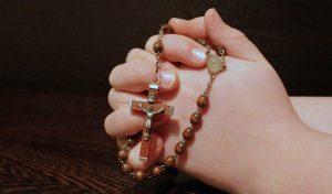 in preghiera - un rosario nelle mani