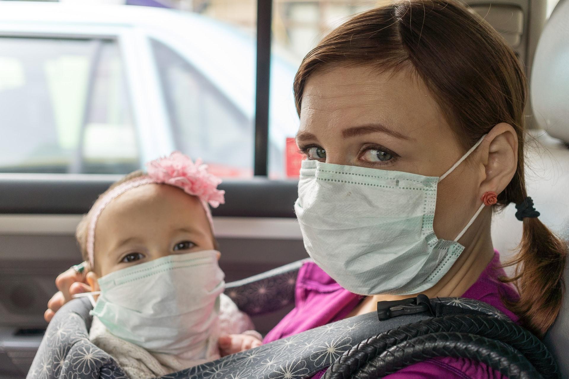 dubbi - una mamma e una bambina con la mascherina