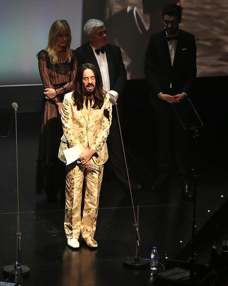 moda - Alessandro Michele su palco con vestito oro