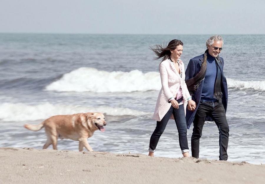 bocelli con la moglie ed il cane sulla spiaggia