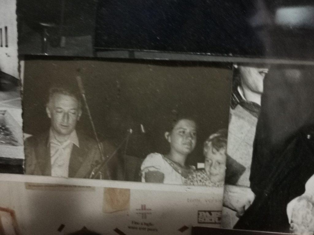 virus - vecchia foto in bianco e nero che ritrae la giornalista Lucia Visca con il suo maestro Gianni Rodari