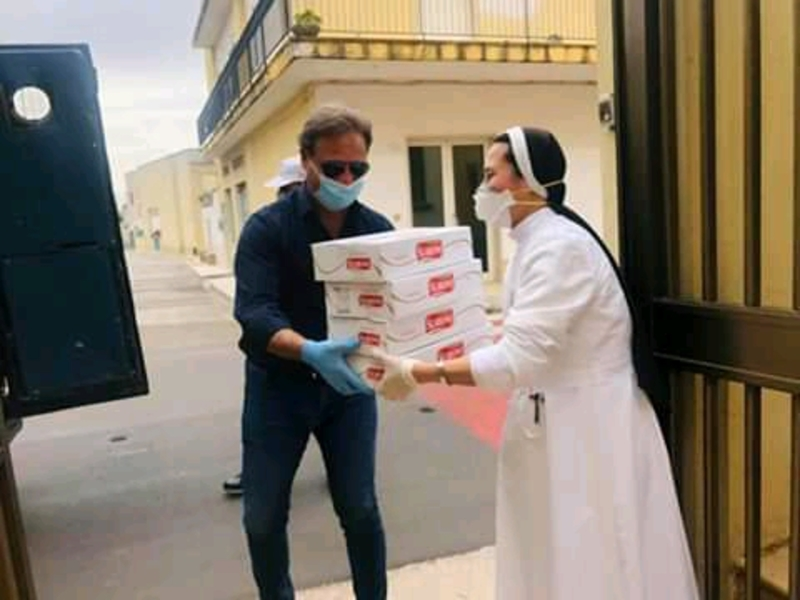Cuore - Paolo Pagliaro consegna i pacchi alimentari a una suora