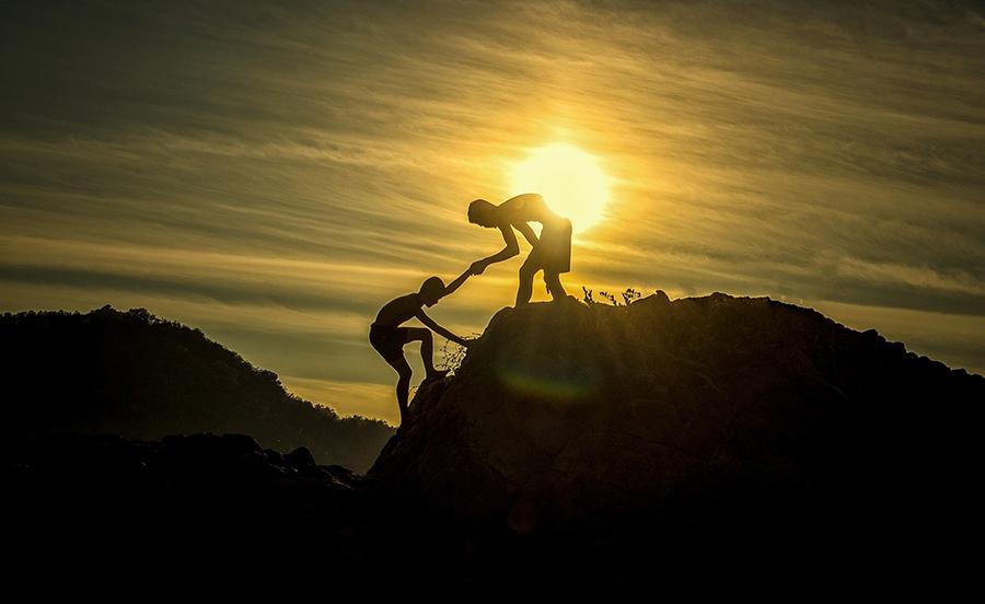 Mulino Bianco - due ragazzi che salgono su un piccolo monte