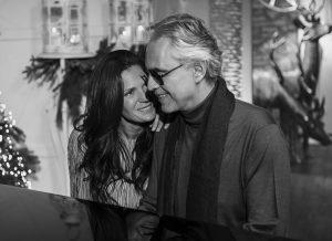 foto in bianco e nero di Bocelli con la moglie