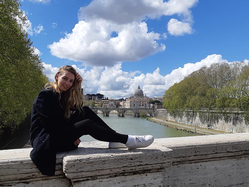 Italia - Anna seduta su un ponte