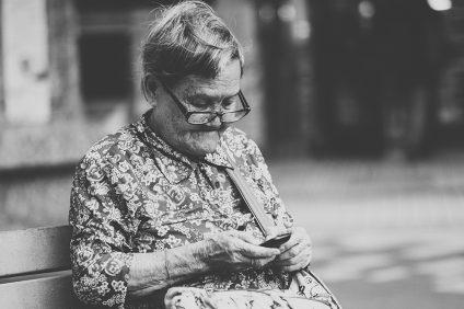 centenari - una signora anziana con un cellulare nelle mani