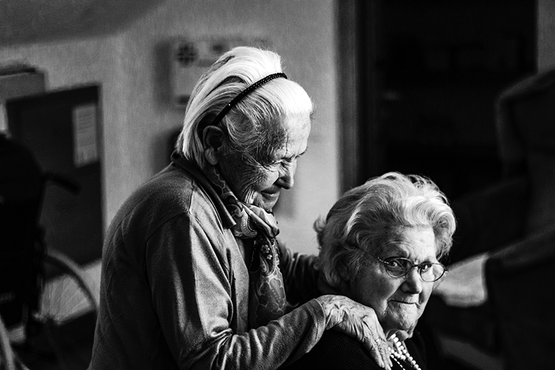 rieti - foto in bianco e nero di due signore anziane - black and white photo of two elderly ladies