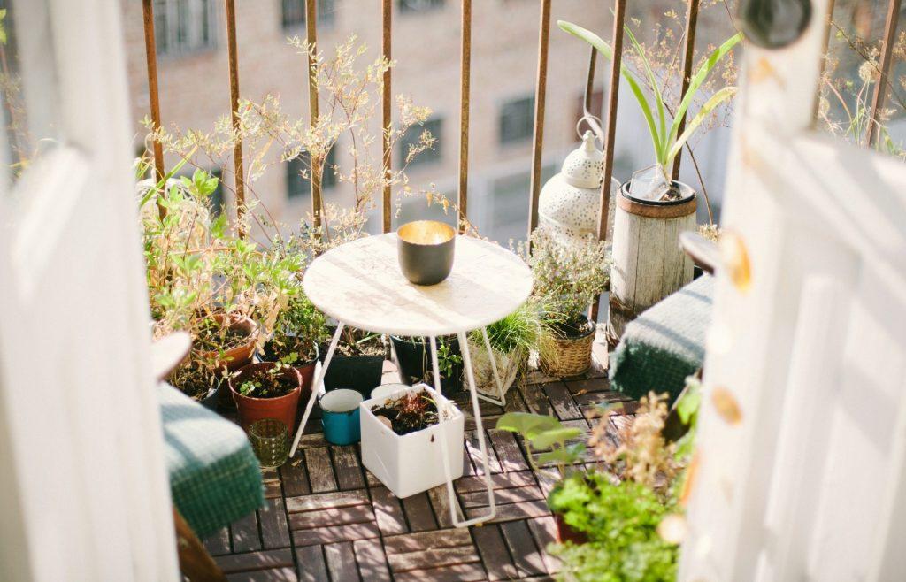 Case - Un balcone con tavolino