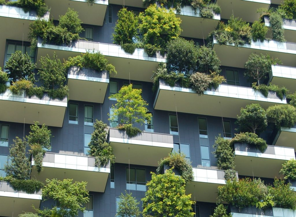 case - Un palazzo con diversi balconi con piante