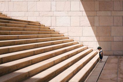 Ricominciamo - un bambino vicino alle scale