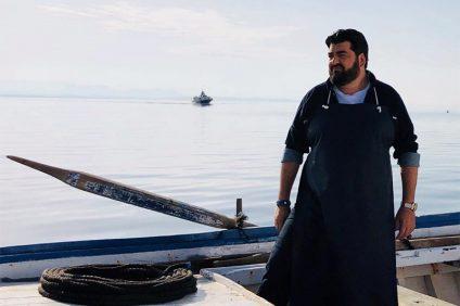 ristoratori - lo chef cannavacciuolo vicino a una barca