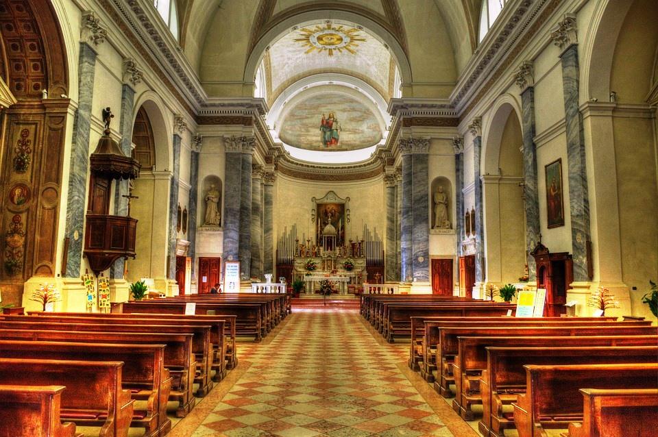Una chiesa vuota di fedeli senza messa