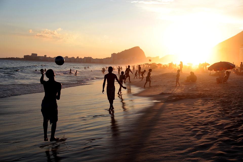 la spiaggia di copacabana al tramonto