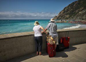 le vacanze - due persone anziane che guardano il mare