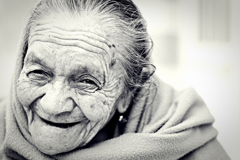 centenarie - foto in bianco e nero di una donna anziana