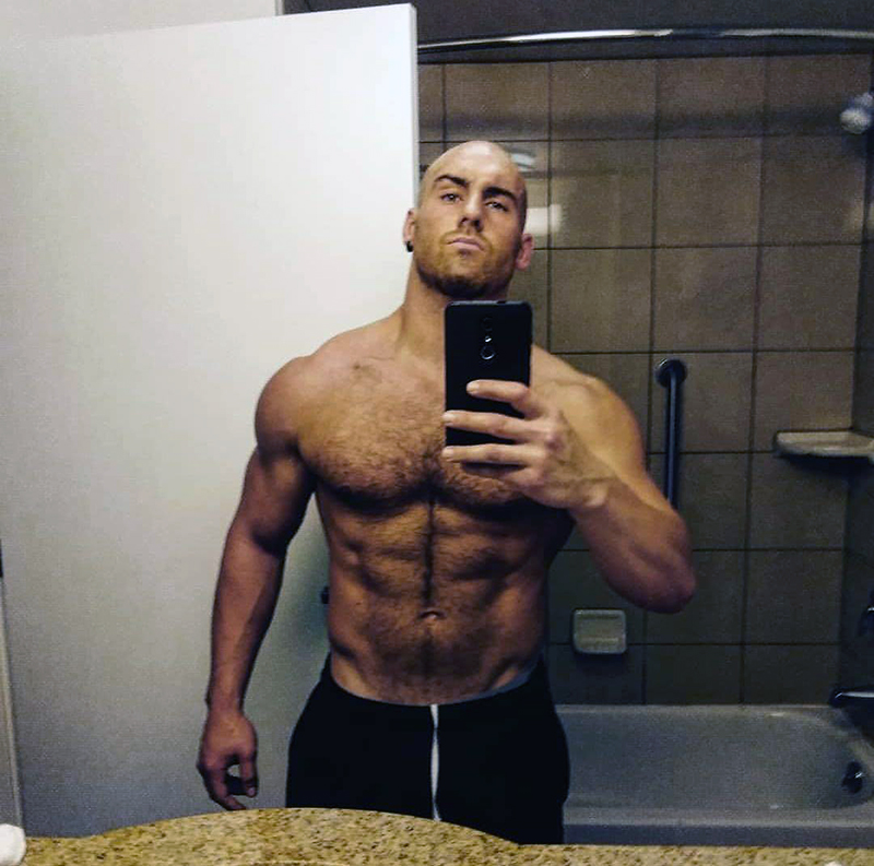 selfie di Adrian Severe allo specchio