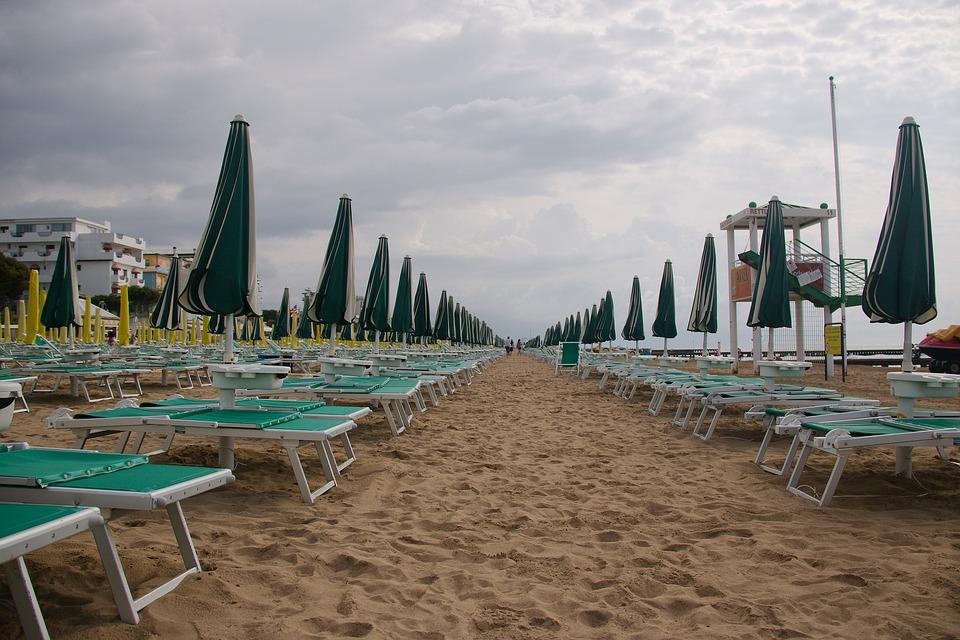 La spiaggia di Jesolo sove verranno usati gli abeti abbattuti dalla tempesta Vaia - The beach of Jesolo so the fir trees shot down by the Vaia storm will be used