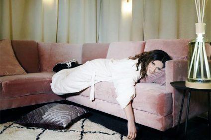Laura Pausini sul divano