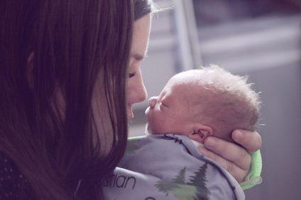 mamme - una mamma che tiene in braccio un neonato