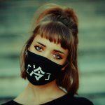 Mascherine - una ragazza con mascherina nera