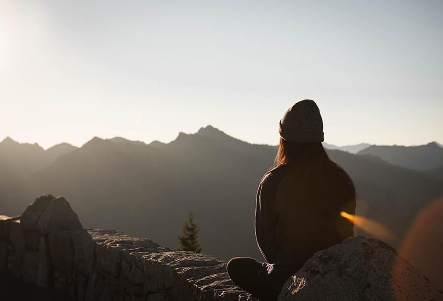 mindfulness - ragazza che guarda una montagna