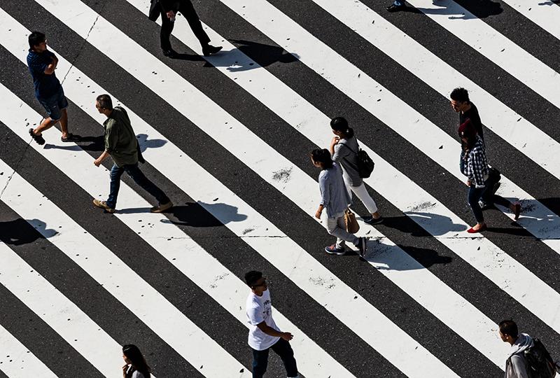 Walter Quattrociocchi - persone che camminano sulle strisce pedonali