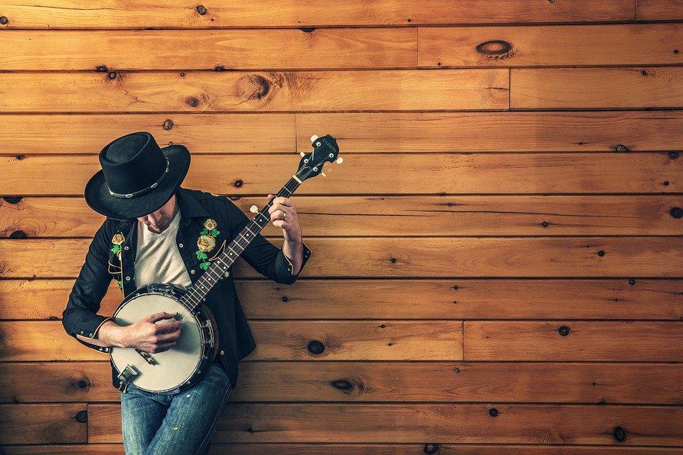 artisti - un ragazzo con chitarra - artists - a guy with a guitar