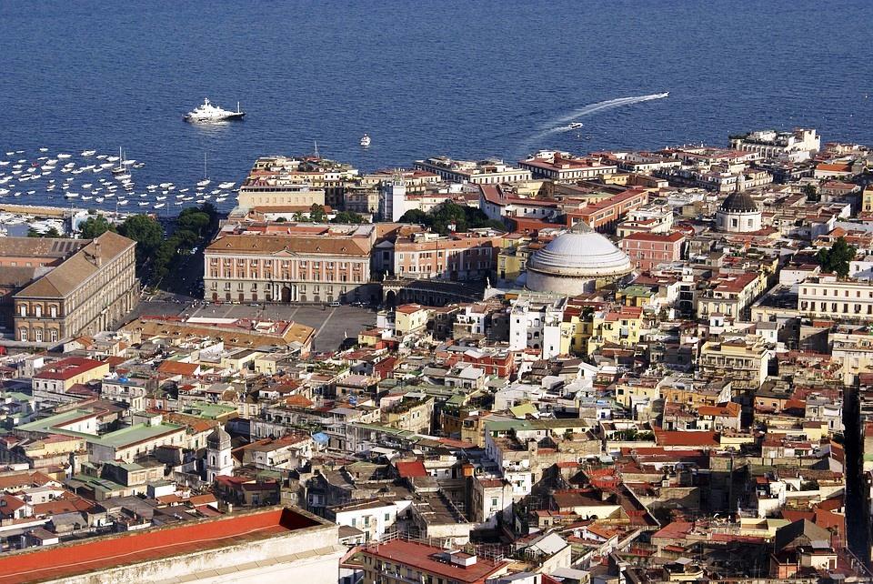 Napoli la città dove è stato realizzato il corrimano per ammirare il golfo
