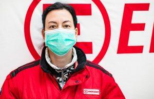 ospedale da campo - operatrice di emergency con mascherina